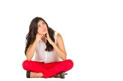 Chica joven elegante hermosa que se sienta sobre blanco Foto de archivo libre de regalías