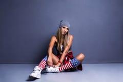 Chica joven elegante inclinada en la pared Fotografía de archivo