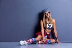 Chica joven elegante inclinada en la pared Fotos de archivo libres de regalías