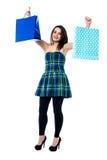 Chica joven emocionada que sostiene los panieres Fotos de archivo