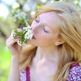 Chica joven en árbol floreciente en primavera Imágenes de archivo libres de regalías