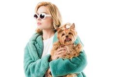 Chica joven en abrigo de pieles con el perro mullido Imagenes de archivo
