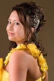 Chica joven en alineada amarilla foto de archivo libre de regalías