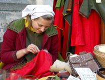 Chica joven en alineada medieval en Tallinn Imagen de archivo libre de regalías