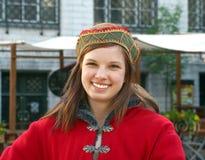Chica joven en alineada medieval en Tallinn Imagenes de archivo