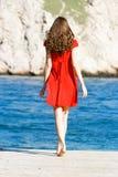 Chica joven en alineada roja Fotos de archivo libres de regalías