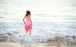 Chica joven en alineada rosada que goza de las ondas Imágenes de archivo libres de regalías