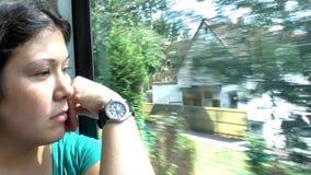 Chica joven en autobús almacen de metraje de vídeo
