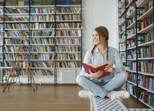 Chica joven en biblioteca Fotos de archivo