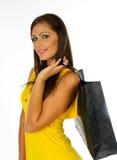 Chica joven en bolso amarillo de la explotación agrícola de las compras de la alineada Fotos de archivo