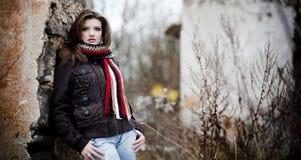 Chica joven en bosque del invierno fotografía de archivo libre de regalías