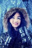 chica joven en bosque del invierno Imagen de archivo