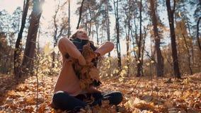 Chica joven en bosque del otoño almacen de video