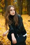 Chica joven en bosque del otoño Imagen de archivo