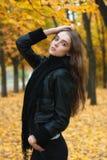 Chica joven en bosque del otoño Imágenes de archivo libres de regalías