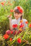 Chica joven en campo de la amapola Fotografía de archivo libre de regalías