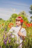 Chica joven en campo de la amapola Imagen de archivo libre de regalías