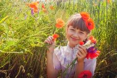 Chica joven en campo de la amapola Foto de archivo libre de regalías
