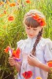 Chica joven en campo de la amapola Fotografía de archivo