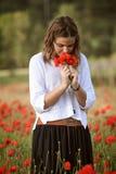 Chica joven en campo de la amapola Imagen de archivo