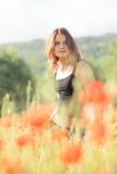 Chica joven en campo de la amapola Foto de archivo