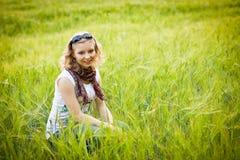 Chica joven en campo de trigo Imagen de archivo