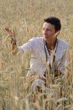 Chica joven en campo de trigo Fotos de archivo libres de regalías