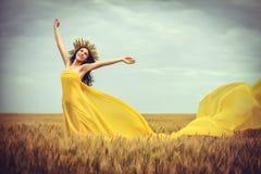 Chica joven en campo de trigo Foto de archivo