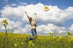 Chica joven en campo del verano Imagen de archivo libre de regalías