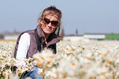 Chica joven en campos de flores Imágenes de archivo libres de regalías