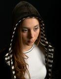 Chica joven en capo motor Fotos de archivo libres de regalías