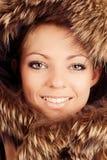 Chica joven en capo motor de la piel Fotos de archivo libres de regalías