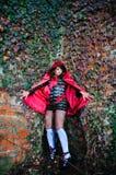 Chica joven en capo motor rojo Fotos de archivo libres de regalías