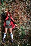 Chica joven en capo motor rojo Fotografía de archivo
