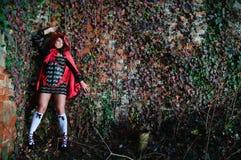 Chica joven en capo motor rojo Imagen de archivo libre de regalías