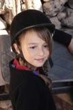 Chica joven en casco del montar a caballo Fotografía de archivo