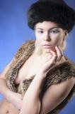 Chica joven en chaleco de la piel Fotografía de archivo