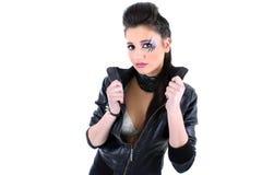 Chica joven en chaqueta de cuero negra Imagenes de archivo