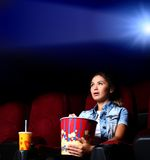 Chica joven en cine Foto de archivo