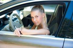Chica joven en coche Imagenes de archivo