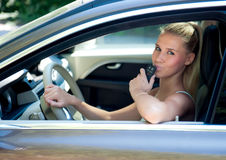 Chica joven en coche con llave del coche Fotografía de archivo