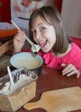 Chica joven en cocinar Fotos de archivo libres de regalías