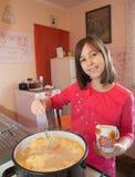 Chica joven en cocinar Imagen de archivo