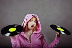 Chica joven en color de rosa con el expediente de gramófono Imagenes de archivo