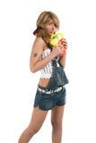 Chica joven en cortocircuitos de los pantalones vaqueros Fotos de archivo libres de regalías