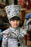 Chica joven en el batik tradicional, Jakarta, Indonesia Fotografía de archivo