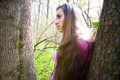 Chica joven en el bosque Fotos de archivo libres de regalías