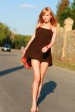 Chica joven en el camino Imagenes de archivo