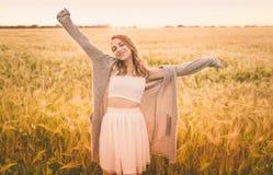 Chica joven en el campo en luz del sol Imagenes de archivo