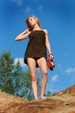 Chica joven en el cielo azul del fondo Foto de archivo libre de regalías